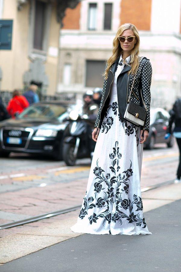 длинное белое платье с принтом, черная косуха
