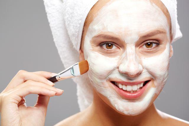 Очищающие маски для лица с глиной и грязью: девушка с маской на лице