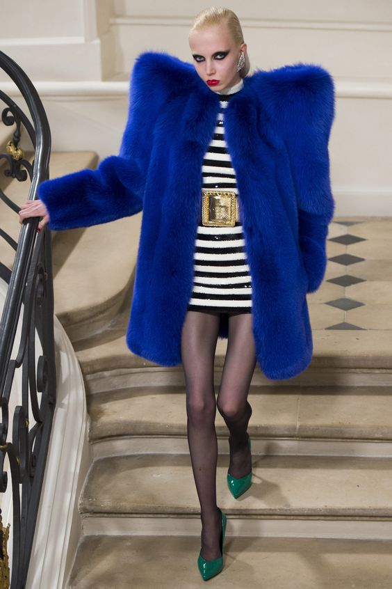Saint Laurent ярко синяя шуба с объемными плечами