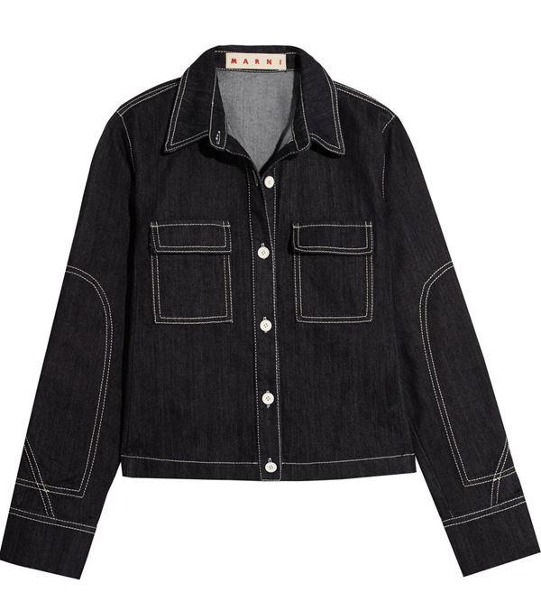 черная джинсовая куртка с контрастной прострочкой