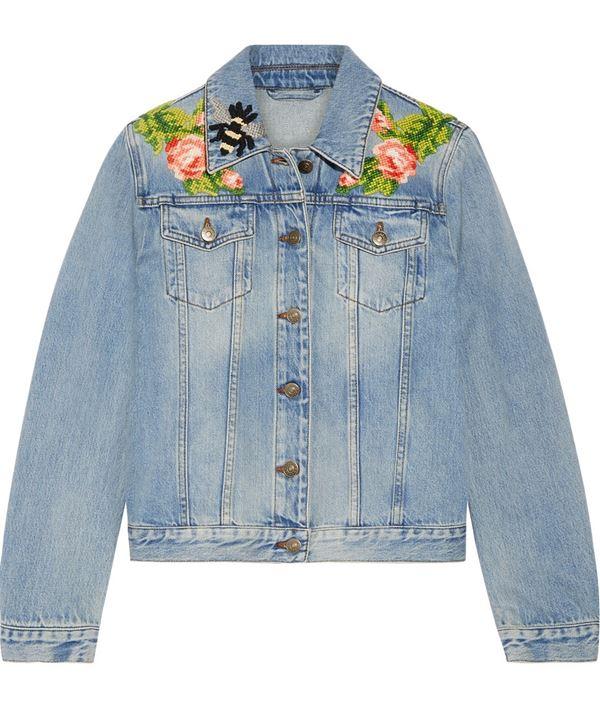 протертая джинсовая куртка с цветочной вышивкой