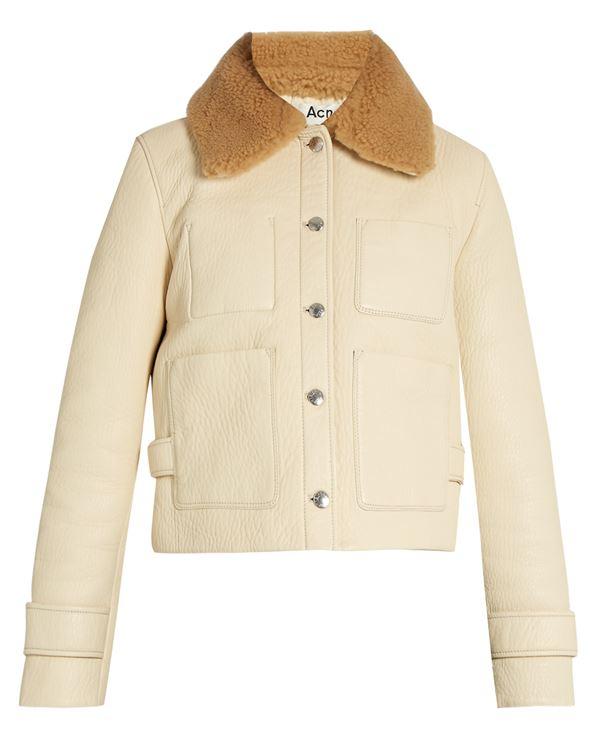 молочная кожаная куртка с меховым воротником