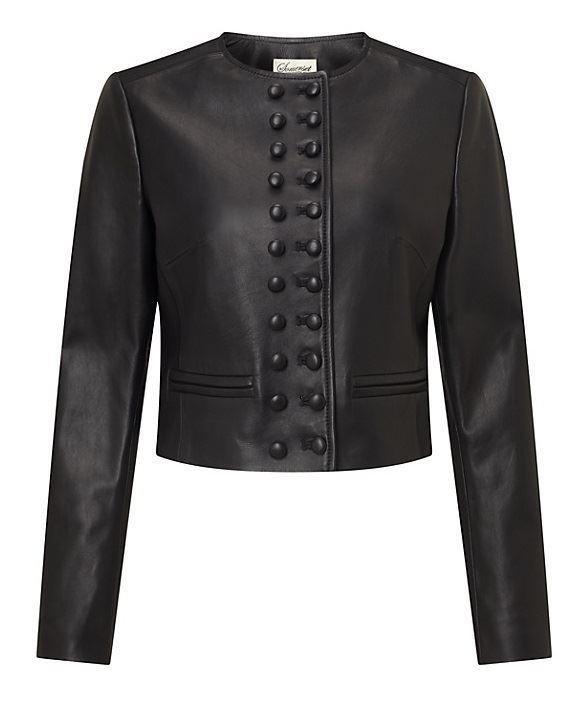 короткая черная кожаная куртка в офицерском стиле