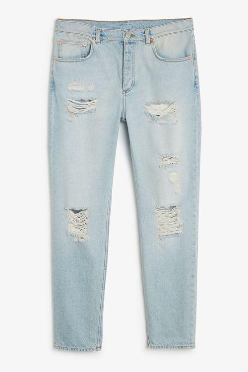 голубые короткие рваные джинсы бойфренды