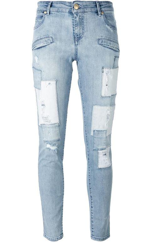 голубые рваные джинсы с заплатками