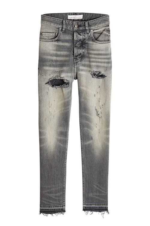 серые рваные джинсы протертые