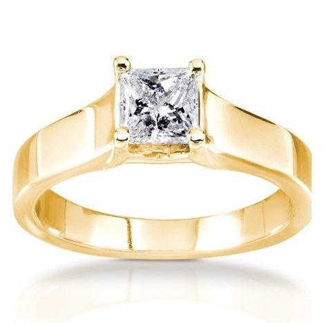помолвочное кольцо из желтого золота с крупным бриллиантом