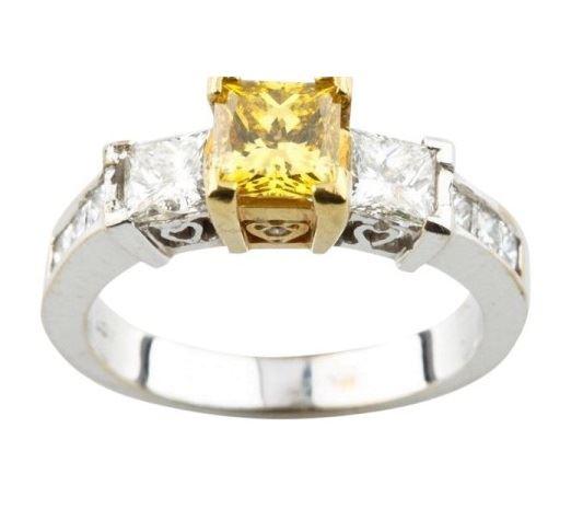 помолвочное кольцо из белого золота с желтым бриллиантом