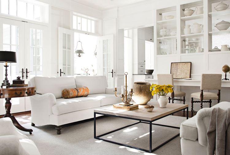 Белый диван в интерьере: белая гостиная с деревянными аксессуарами и двухместным мягким диваном