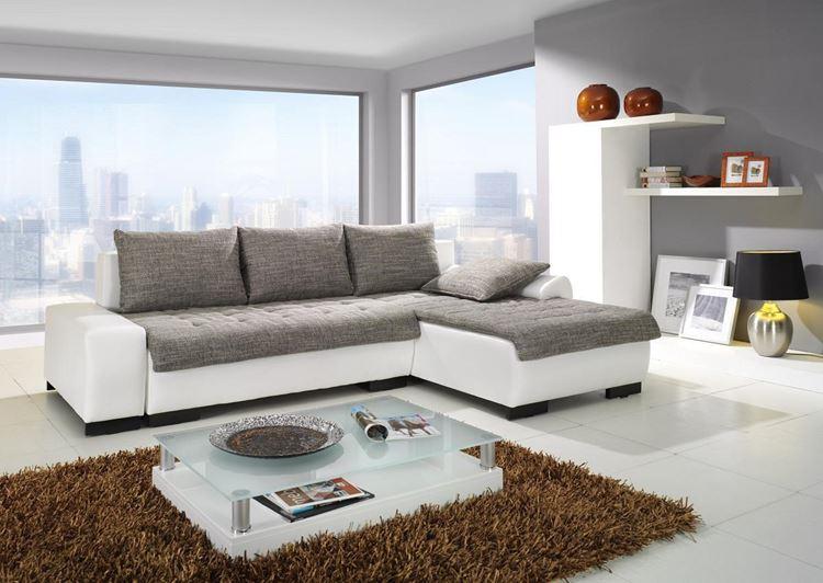 Белый диван в интерьере: бело-серая гостиная с большими окнами и коричневым ковром