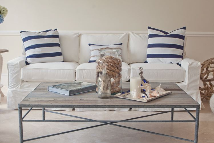 Бежевый диван в интерьере: светлая гостиная в морском стиле с диваном и полосатыми подушками