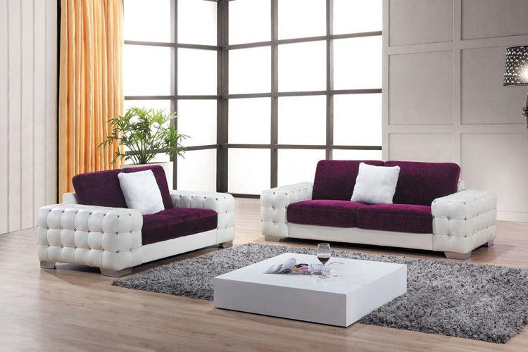 Бежевый диван в интерьере: гостиная с бело-фиолетовым диваном, бежевыми стенами и деревянным полом