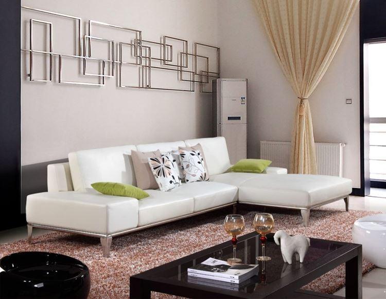 Бежевый диван в интерьере: гостиная с бежевыми стенами, коралловым пушистым ковром и черным столиком