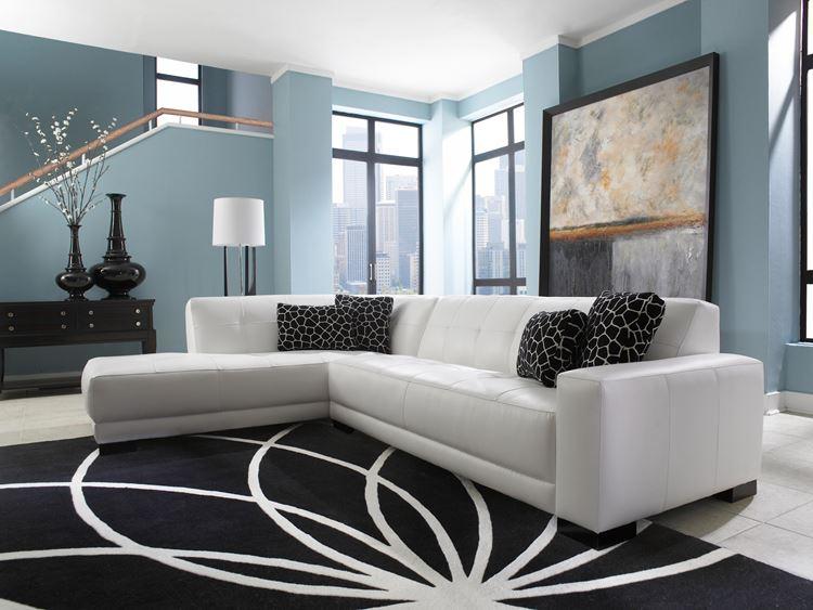 Белый диван в интерьере: мягкий кожаный белый диван с черными подушками в гостиной с серо-голубыми стенами