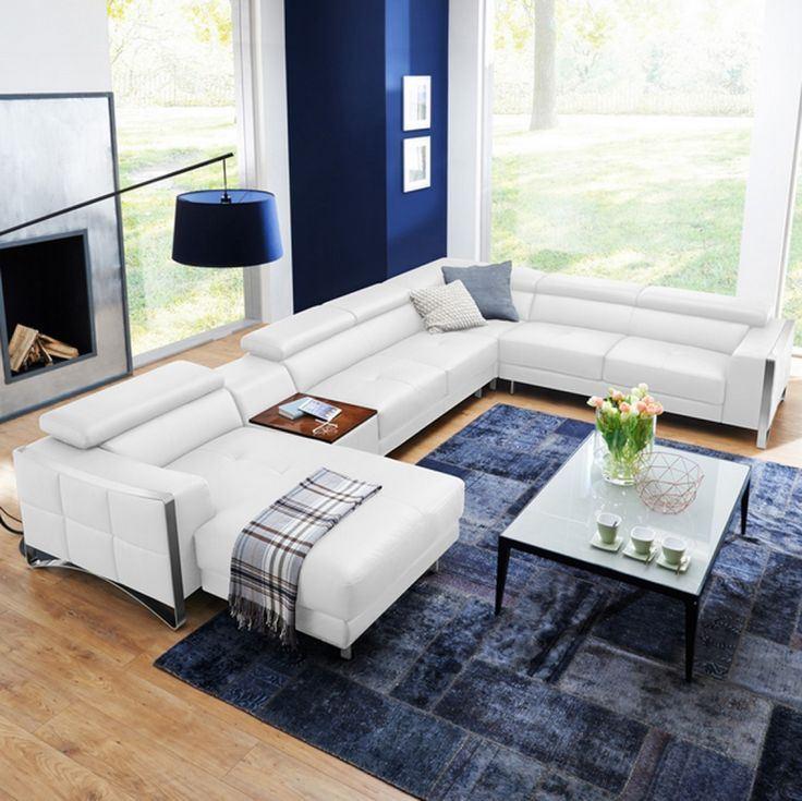 Белый диван в интерьере: кожаный белый диван в гостиной с синим ковром и стенами