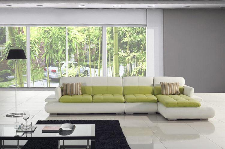 Бежевый диван в интерьере: салатовые подушки и серые стены