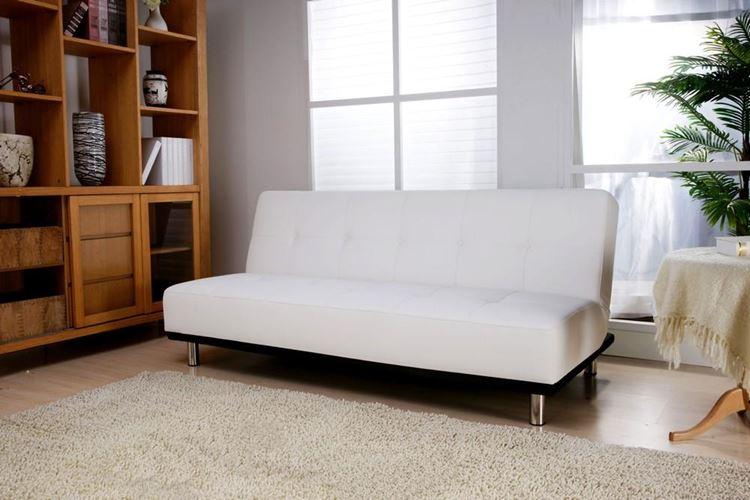 Белый диван в интерьере: гостиная в натуральных светлых тонах с деревянным шкафом и светлым ковром