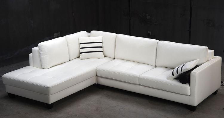 Белый диван в интерьере: угловой кожаный с полосатыми подушками