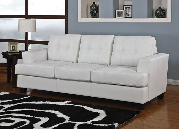 Белый диван в интерьере: трёхместный из экокожи в гостиной с чёрно-белым ковром и серыми стенами