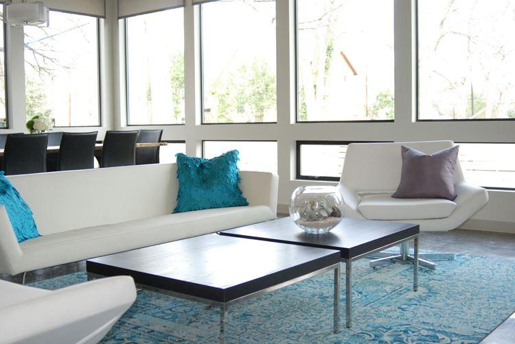 Белый диван в интерьере: гладкий дизайн с бирюзовыми подушками и ковром