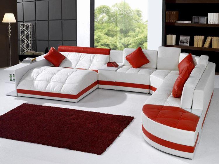 Белый диван в интерьере: большой кожаный диван с оранжевыми акцентами в гостиной