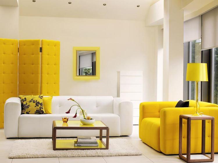 Белый диван в интерьере: гостиная с жёлтым креслом
