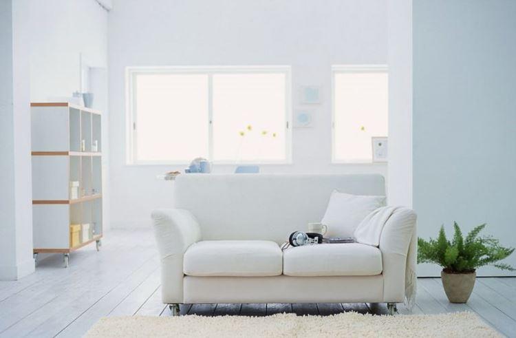 """Белый диван в интерьере: комната в стиле """"скандинавский минимализм"""" с двухместным белым диваном"""