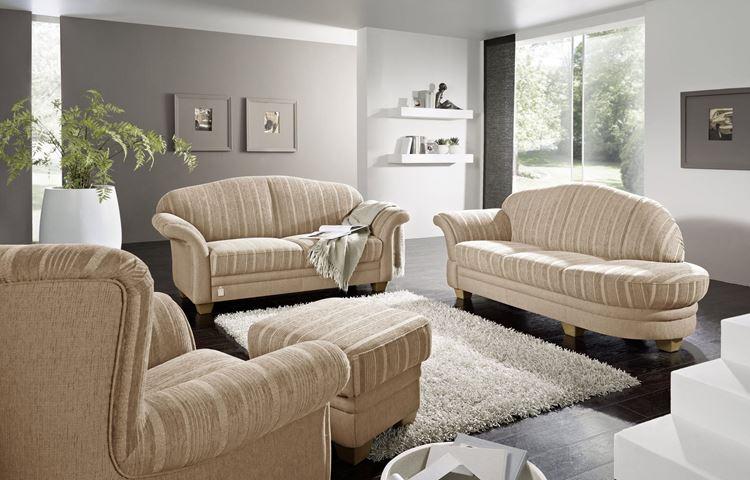 Бежевый диван в интерьере: мягкая мебель в полоску в серой гостиной