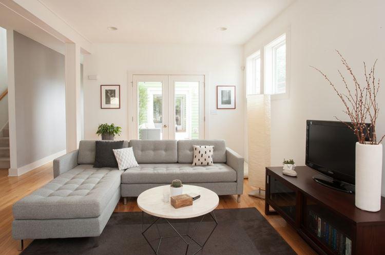 Бежевый диван в интерьере: просторная минималистичная гостиная