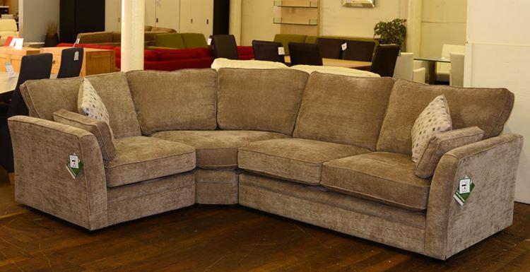 Бежевый диван в интерьере: светло-коричневый вельветовый угловой