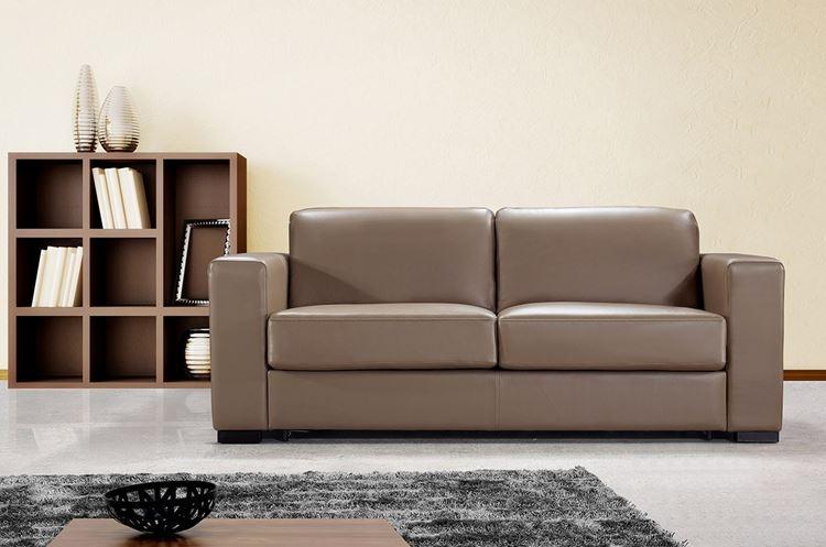 Бежевый диван в интерьере: кожаный двухместный
