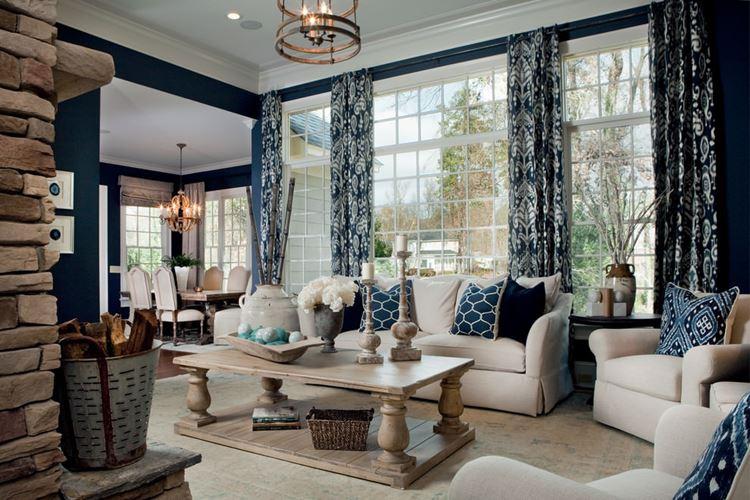 Бежевый диван в интерьере: светлый с тёмно-синими подушками