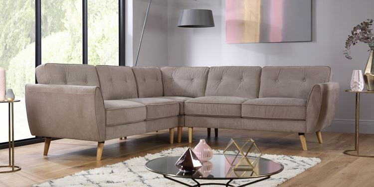 Бежевый диван в интерьере: серо-бежевый угловой на деревянных ножках