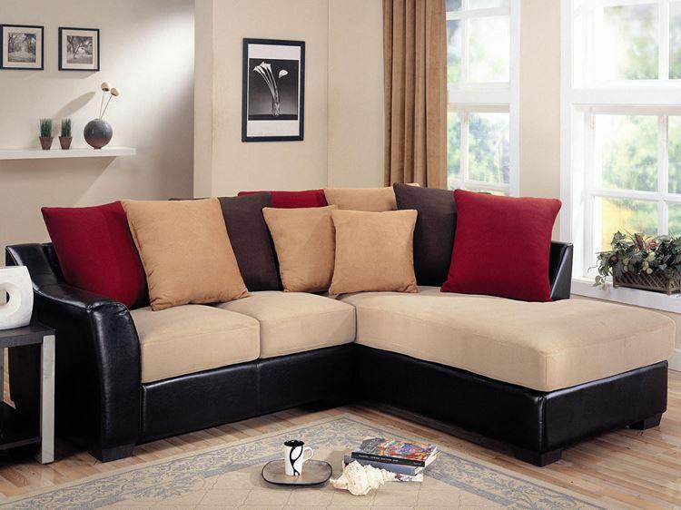 Бежевый диван в интерьере: черная кожаная основа, бордовые и бежевые подушки