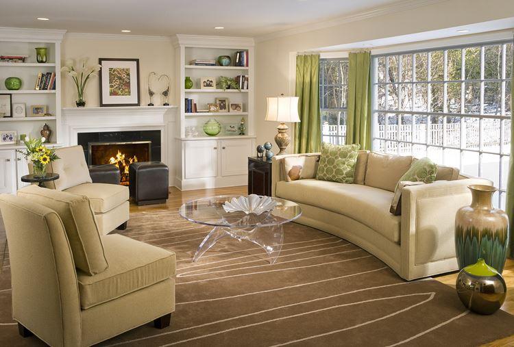 Бежевый диван в интерьере: коричневый ковер, белые стены и зеленые шторы