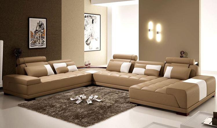 Бежевый диван в интерьере: кожаный низкий угловой в минималистичной современной гостиной
