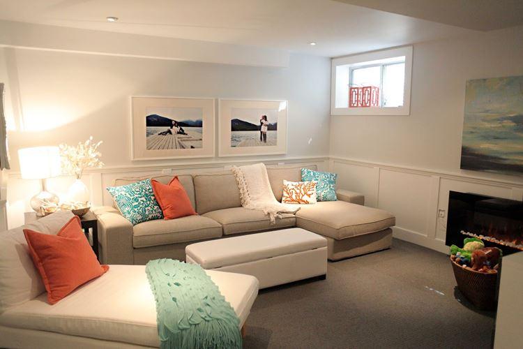 Бежевый диван в интерьере: светлая комната с и оранжевыми и бирюзовыми подушками