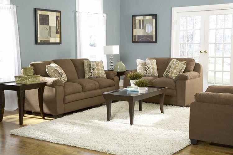 Бежевый диван в интерьере: гостиная с холодными бледно-голубыми стенами и светло-коричневыми диванами