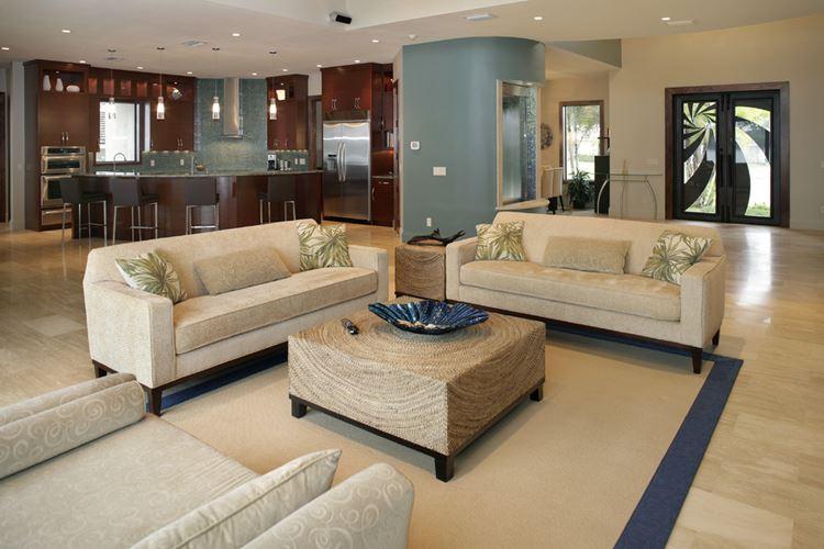 Бежевый диван в интерьере: современная большая гостиная с кухней