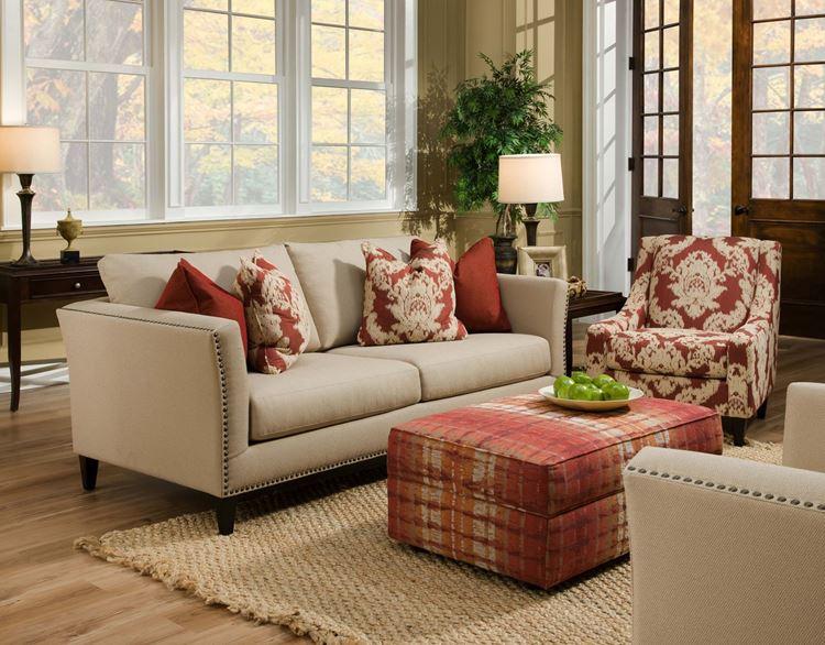 Бежевый диван в интерьере: гостиная с тёмно-красными акцентами в мебели