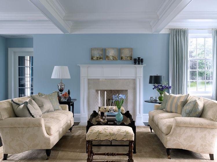 Бежевый диван в интерьере: светлая мебель в гостиной со светло-голубыми стенами