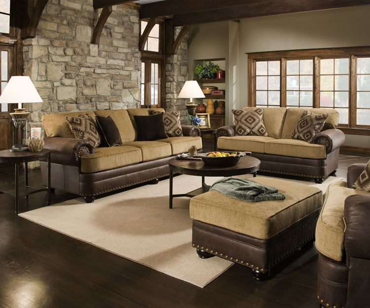 Бежевый диван в интерьере: кожаные двухцветные в в гостиной из тёмного дерева с кирпичной кладкой стены