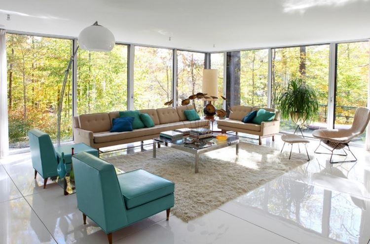 Бежевый диван в интерьере: гостиная с большими окнами с бежево-бирюзовой мебелью