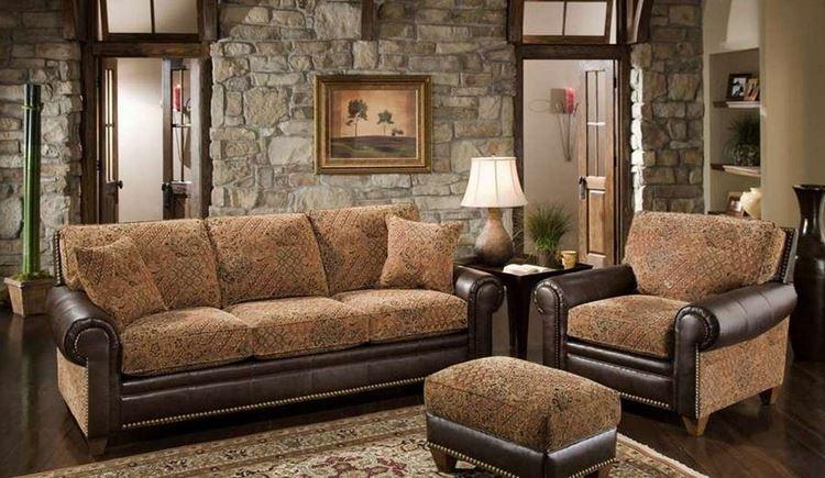 Бежевый диван в интерьере: гостиная с кирпичными стенами и кожаным диваном и креслами