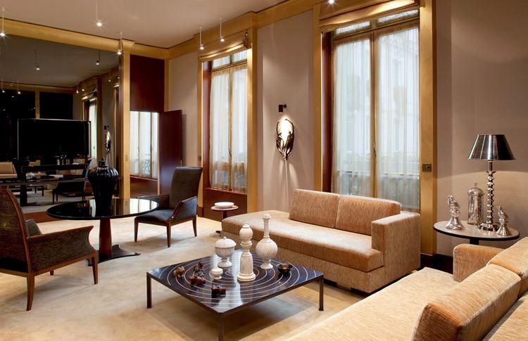 Бежевый диван в интерьере: luxury гостиная с вельветовыми диванами и мебелью из красного дерева