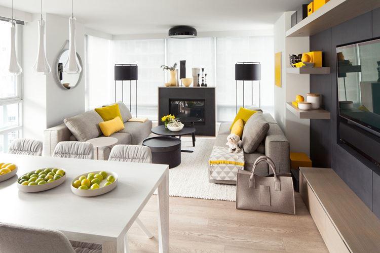 Бежевый диван в интерьере: деревянный интерьер с белыми стенами и желтыми подушками