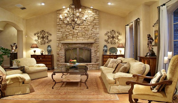 Бежевый диван в интерьере: просторная гостиная с камином