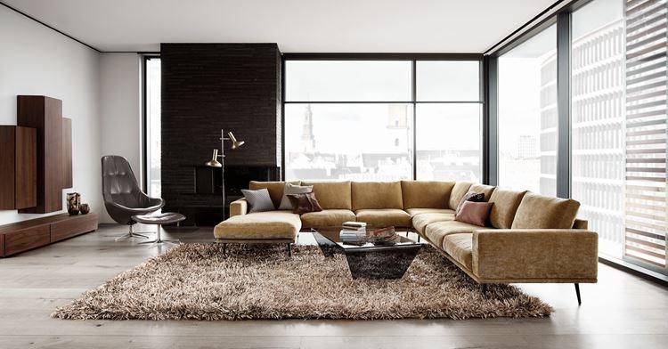 Бежевый диван в интерьере: вельветовый угловой в светлой минималистичной гостиной