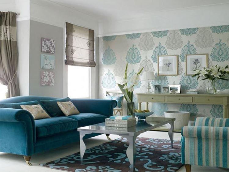 Бирюзовый диван в интерьере: гостиная в голубых тонах с узорчатыми обоями