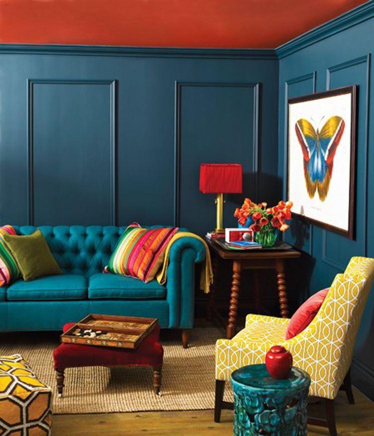 Бирюзовый диван в интерьере: диван-барокко, жёлтым креслом и оранжевым потолком